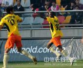 图文:[中超]天津1-1深圳 约翰森庆祝进球