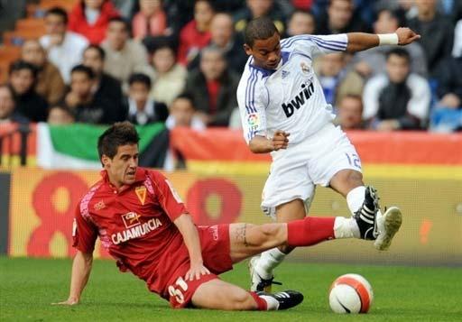图文:皇马VS穆尔西亚 马塞洛与对手对脚