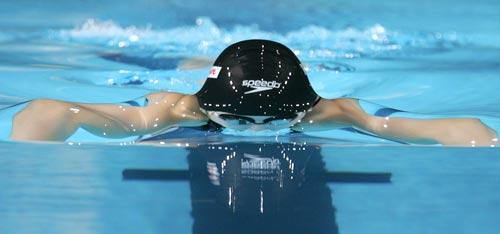 图文:08短池世锦赛第五日 选手浮出水面