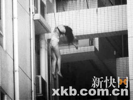6日上午,东风广场12楼和13楼之间悬挂一女尸。市民供图