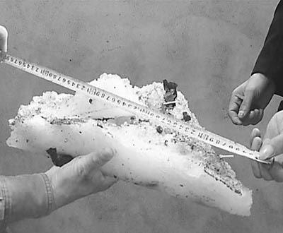 村民测量冰块长度