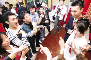 朋友们用手语向新人表示祝福 记者 毛仁东 摄