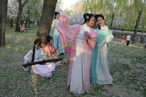 """北京:""""汉服佳人""""踏青"""