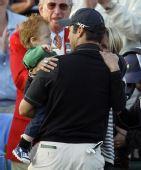 图文:名人赛伊梅尔曼获冠军 伊梅尔曼怀抱儿子