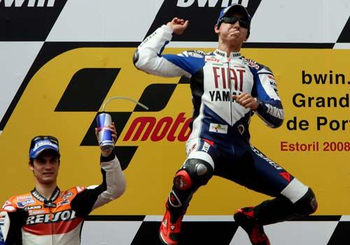 图文:MotoGP葡萄牙站 洛伦佐领奖台高高跃起