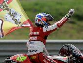 图文:MotoGP葡萄牙站正赛 鲍蒂斯塔摇国旗庆祝