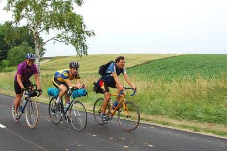 托比亚斯-马尔纳与同伴已经骑车上路