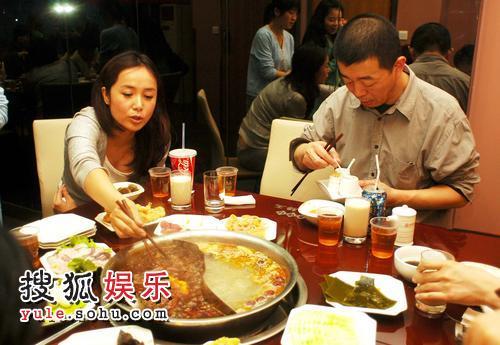 顾长卫蒋雯丽来到重庆大吃火锅