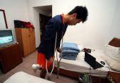 图文:[中超]探秘吕征伤后生活 行动借助拐杖
