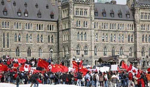 4月13日中午,加拿大渥太华国会山庄变成红色的海洋,到处飘扬着五星红旗和枫叶旗。(加国无忧网图)