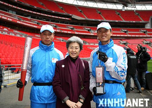 4月6日,在圣火传递起点――温布利体育场,中国驻英国大使傅莹(中)与两名护火手合影。当日,北京奥运会圣火传递活动在英国伦敦举行,这是北京奥运会圣火境外传递的第四站。新华社记者 谢秀栋 摄