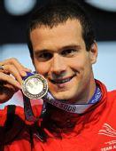 图文:短池世锦赛第5日 罗甘破世界纪录展示金牌