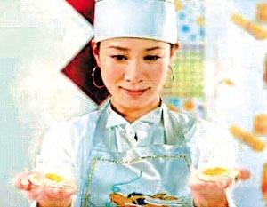 佘诗曼主演的《美女食神》中手心煎鸡蛋的场面完全克隆《食神》