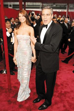 乔治·克鲁尼在红地毯上与女友莎拉·拉尔森大秀恩爱