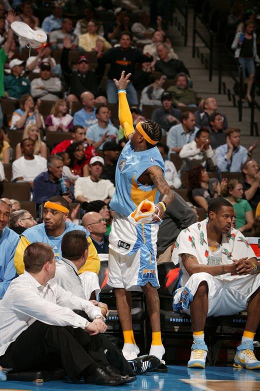 图文:[NBA]火箭胜掘金 艾弗森送出战靴