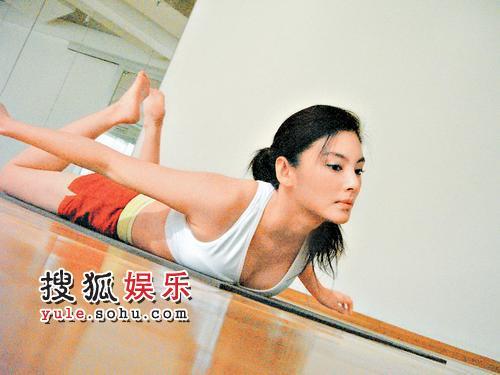 瑜伽风靡全球,图为张雨绮在练瑜伽
