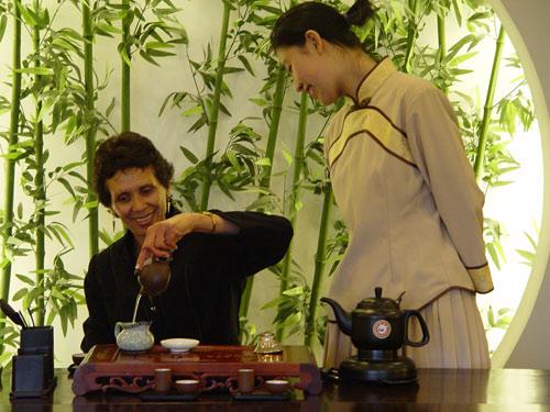 客人学习茶艺