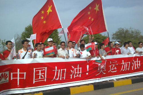 华人高举红旗为奥运加油