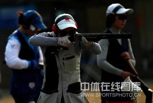 图文:高娥获女子飞碟多向冠军 举枪瞄准中