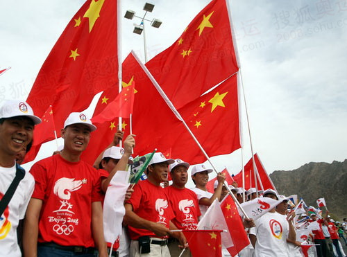 马斯喀特华人助威国旗飘扬