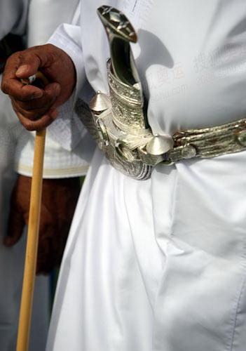 当地人佩戴着非常有特色的匕首饰品,据说只有在出席隆重聚会的时候他们才会佩戴