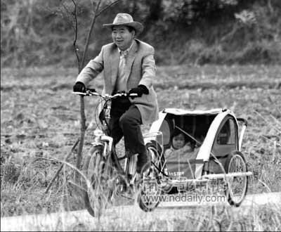 4月14日,与美国不太亲密的韩国前总统卢武铉骑着三轮车、载着孙女享受田园乐趣。次日,他的继任者李明博将赴美国修复韩美关系。
