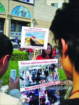 13日,kittyshelley在北京白石桥家乐福门口抗议。