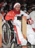 图文:残疾人火炬手拉赫曼在庆典上观看演出