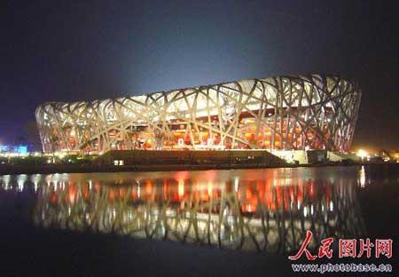 灯火通明的国家体育场在河水的映衬下宛若一顶巨大的皇冠璀璨夺目,令人陶醉!