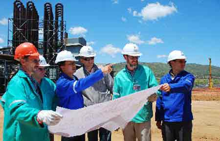 中钢南非的高炉工地现场,中钢工程师指导南非工程师开展项目。新华社图