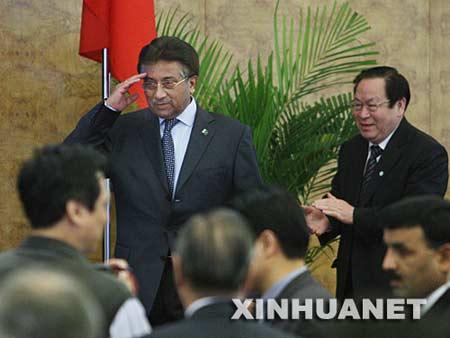 4月14日,正在北京访问的巴基斯坦总统穆沙拉夫在清华大学发表演讲。这是穆沙拉夫向师生致敬。 新华社记者刘卫兵摄
