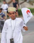 图文:马斯喀特奥运圣火传递 一名儿童手持旗帜