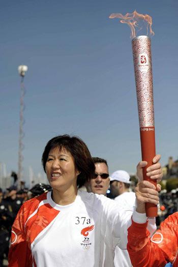 图文:体育明星支持北京奥运 郎平
