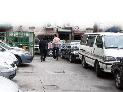 昨日11时40分宗庆后(左)走出杭州地税局稽查一局 陈未临图
