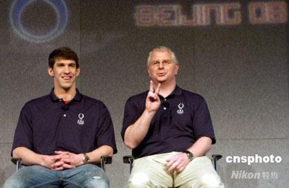 """4月14日,美国泳坛""""神童""""菲尔普斯(左)在芝加哥表示,他在北京奥运会的目标是赢得所有参赛项目的冠军。他的教练鲍伯·褒曼透露,过去4年中菲尔普斯已经在体能和蛙泳两方面有很大进步。中新社发李静 摄"""