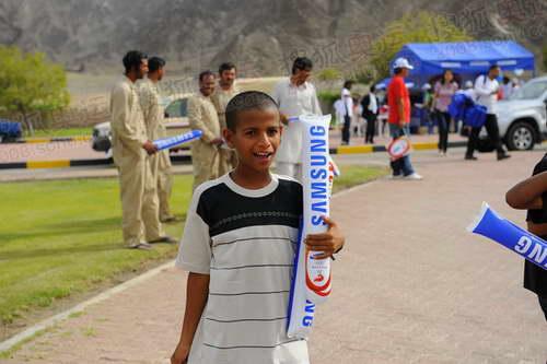 组图:马斯喀特学生和小朋友热情迎接奥运圣火