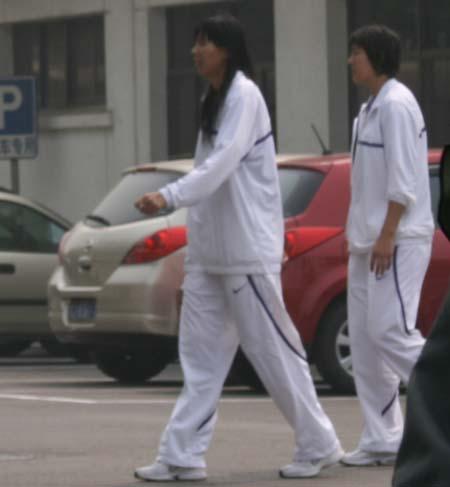 图文:女篮出发备战热身赛 陈楠走出公寓
