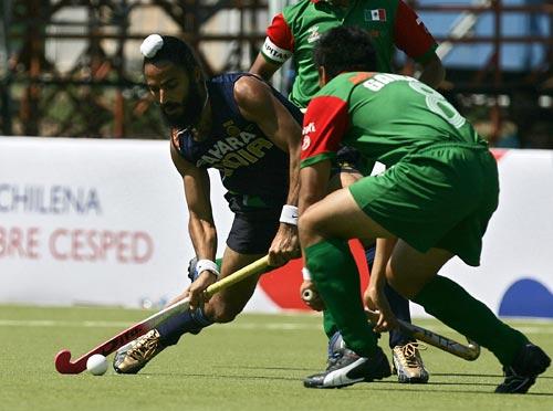 当地时间3月4日,在智利举行的奥运男子曲棍球预选赛的一场比赛中,印度队以18-1狂扫了墨西哥队,图为比赛的精彩瞬间。