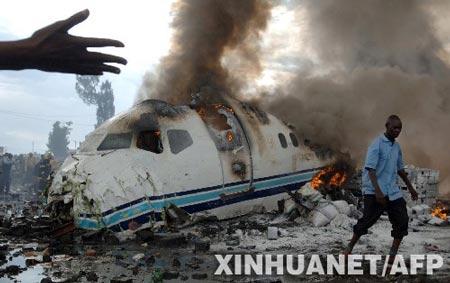 4月15日,在刚果(金)东部的戈马市机场附近,失事客机冒起滚滚浓烟。当天下午,刚果(金)私营航空公司埃瓦-博拉公司的一架客机在这里坠毁,机上乘客和机组人员近百人,目前救援人员仅发现了数名幸存者。 新华社/法新