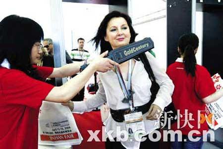 与以往相比,本届广交会的安检措施明显加强了。 新快报记者 王翔/摄