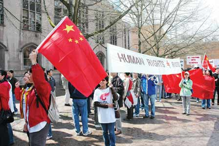 西雅图游行队伍自制横幅,引来不少媒体关注