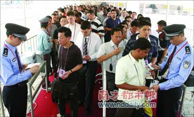 因为本届广交会安检特别严格,等待进场的客商们排起长队。本报记者卢汉欣摄
