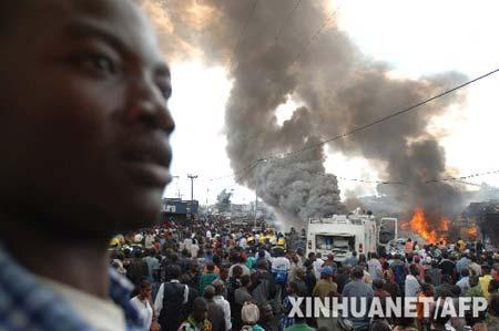 4月15日,在刚果(金)东部的戈马市机场附近,当地人围观失事客机。当天下午,刚果(金)私营航空公司埃瓦-博拉公司的一架客机在这里坠毁,机上乘客和机组人员近百人,目前救援人员仅发现了数名幸存者。 新华社/法新