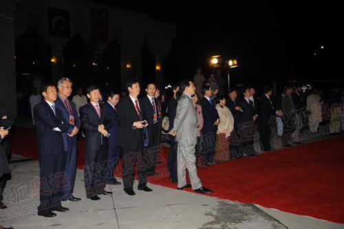 图文:圣火抵达伊斯兰堡 驻巴使馆官员机场迎接