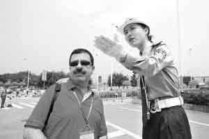 """""""交警之花""""洪叶为广交会客商指引道路。时报记者 任传富 摄"""