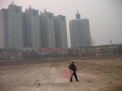 在原石家庄造纸厂厂址,一位老人正在放风筝