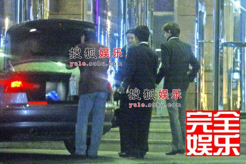 张曼玉与男友将一些杂物东西塞入后备箱后,就直接赴宴了