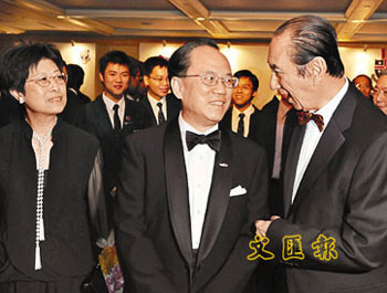何鸿燊盼做奥运火炬手。图为他15日出席华仁旧生会晚宴时,与香港特首曾荫权及夫人谈笑甚欢。(图片来源:文汇报)