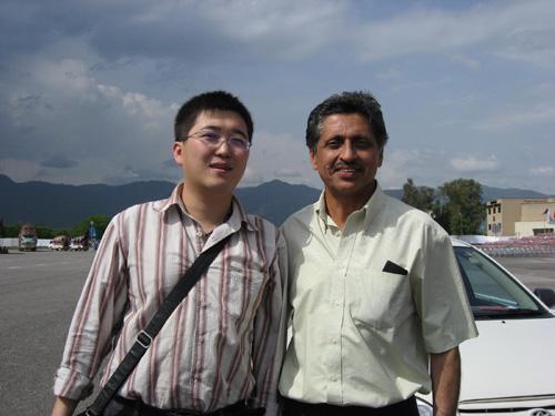 记者和第一名火炬手萨米乌拉合影