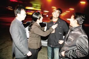 张峰和丈夫(左一)与印度志愿者交谈。 记者 徐崇德 摄